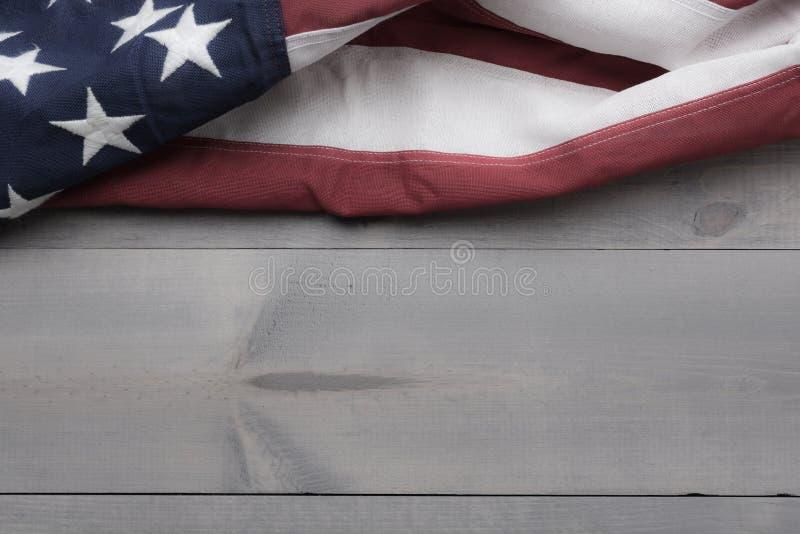 团结的旗子在与拷贝空间的灰色板条背景心满意足 图库摄影