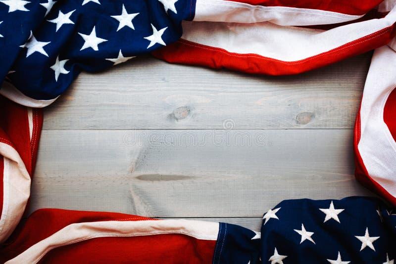 团结的旗子在与拷贝空间的灰色板条背景心满意足 库存图片