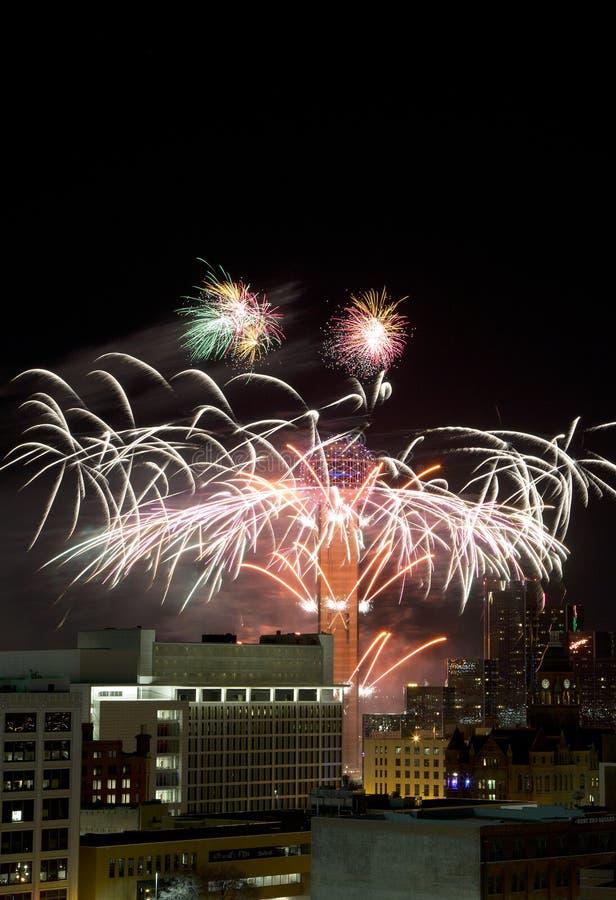 团聚与烟花的塔圆环在城市达拉斯 免版税库存图片