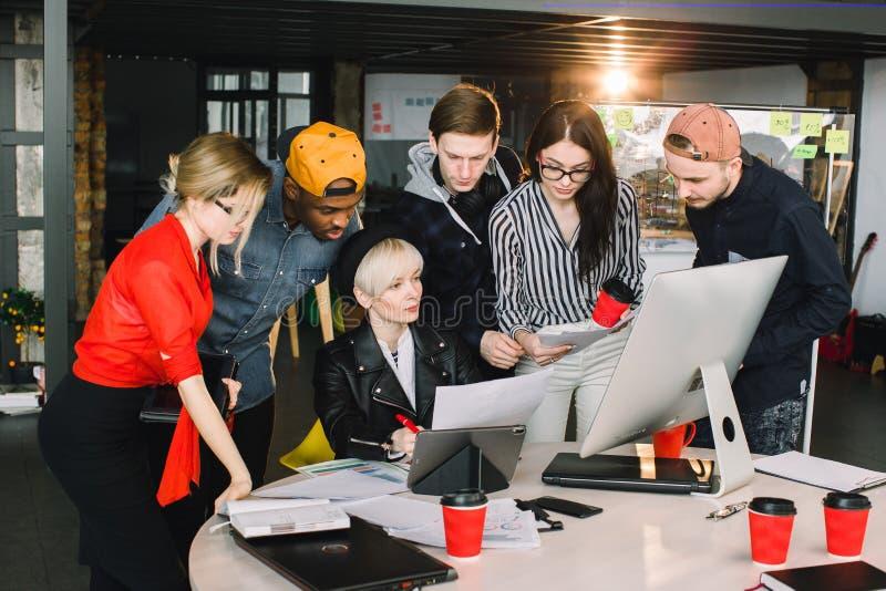 团队工作和对组织工作是成功 使用计算机和片剂,在便服,繁忙的开始与工作合作 免版税图库摄影