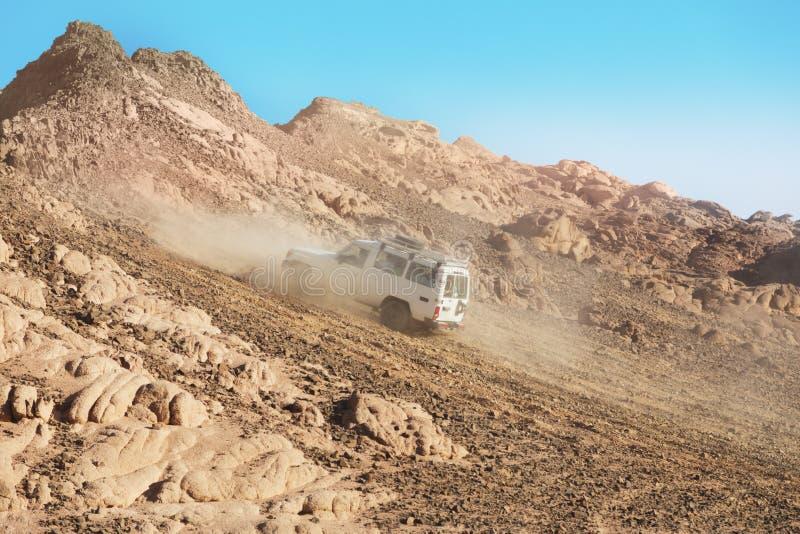 团结的阿拉伯沙漠酋长管辖区徒步旅行队 库存图片