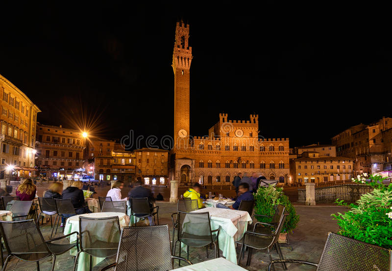 园地Square Piazza del园地, Palazzo Pubblico和Mangia Tower Torre del Mangia夜视图在锡耶纳,托斯卡纳 免版税库存照片