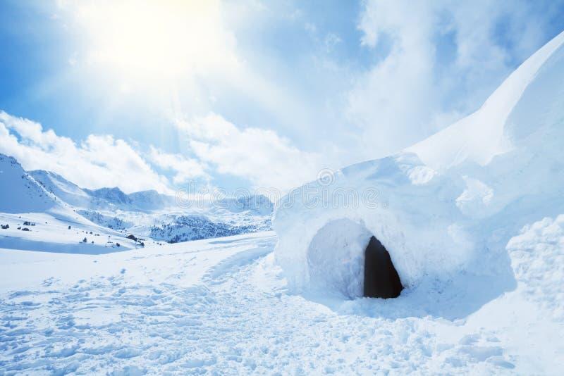 园屋顶的小屋和高随风飘飞的雪 库存图片