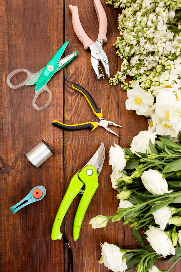 园艺工具、工具为floristics和花在一张木桌上 免版税图库摄影