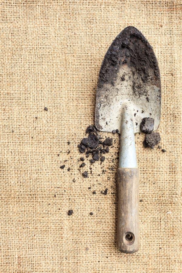 园艺工具,在自然纹理背景的土壤 免版税图库摄影