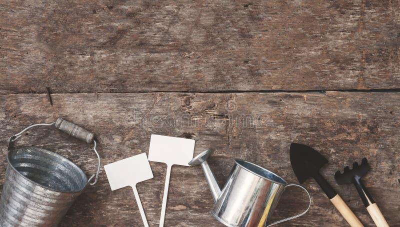 园艺工具,铁锹,犁耙,一把喷壶,桶,桌 库存图片