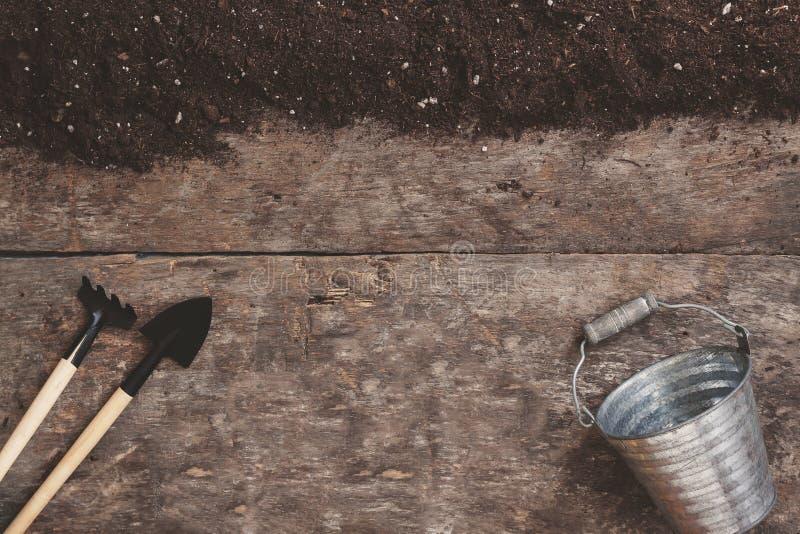 园艺工具,铁锹,犁耙,一把喷壶,桶,桌 免版税库存图片