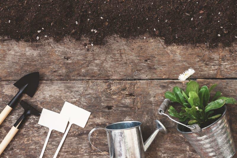 园艺工具,铁锹,犁耙,喷壶,桶, pla的片剂 免版税库存图片
