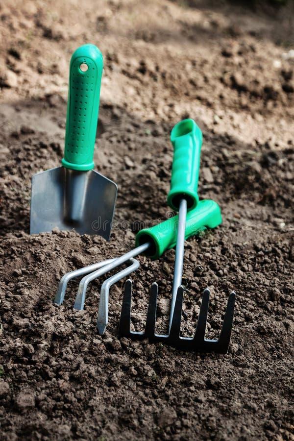 园艺工具,铁锹,瓢,犁耙,别墅在土壤,顶面v说谎 免版税库存照片