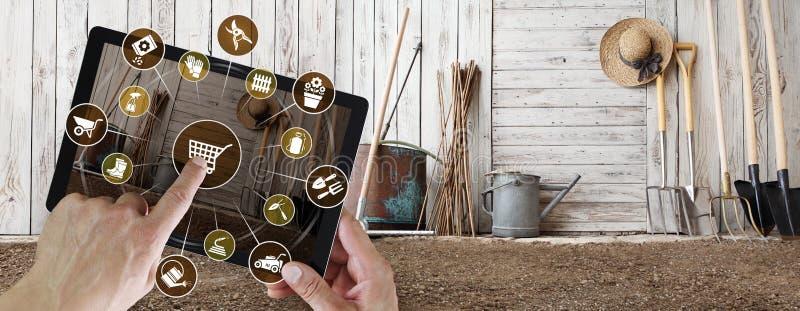 园艺设备电子商务概念,在数字片剂,指向的手的网络购物和有园艺工具象的屏幕 免版税库存图片