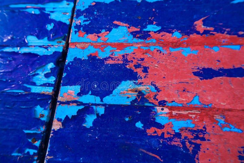 困厄的和抽象蓝色&红色油漆木头板 免版税图库摄影