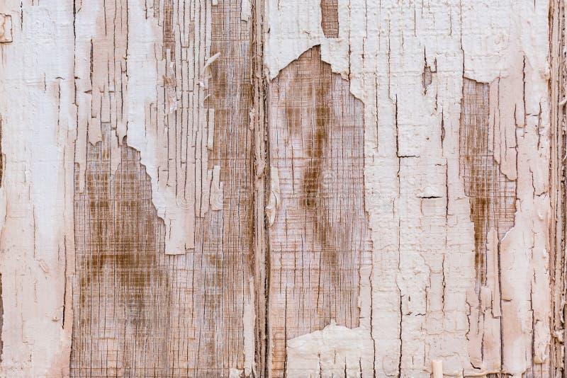 困厄的破裂的被风化的白色和棕色木背景 免版税库存照片