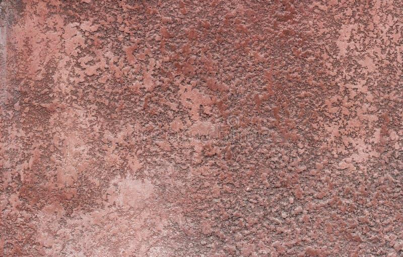 困厄的红色膏药墙壁有破裂的表面框架难看的东西背景 免版税库存图片
