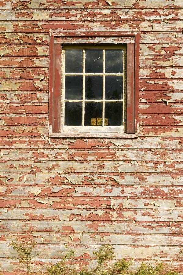 困厄的红色谷仓边和窗口在阿科底亚国家公园,缅因 免版税库存照片
