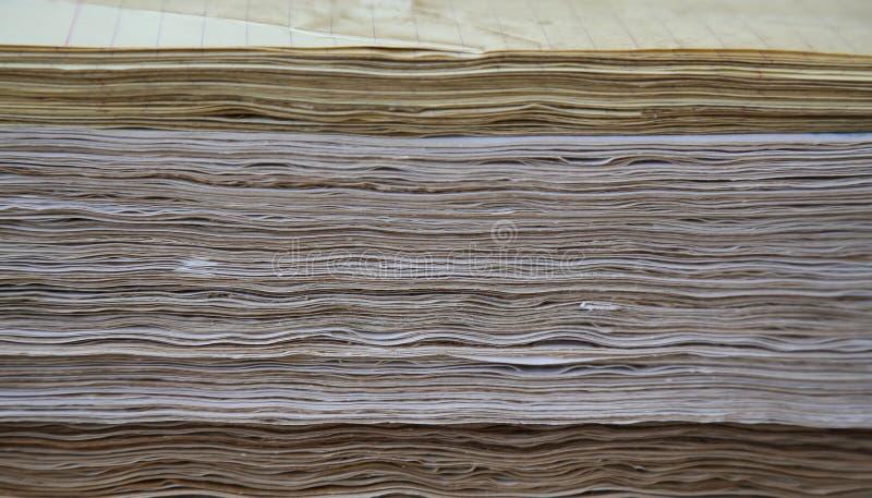 困厄的页在单人床单stati变紧密,压缩 图库摄影