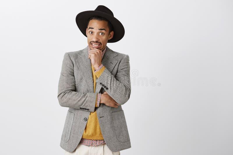 困窘场面 震惊英俊的男朋友画象豪华正式衣裳和帽子的,握手 库存图片