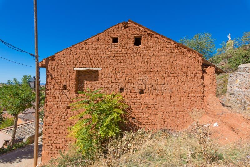 围住用风干砖坯建立的房子的边 免版税库存图片