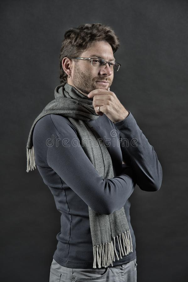 围巾和毛线衣的人 免版税库存照片