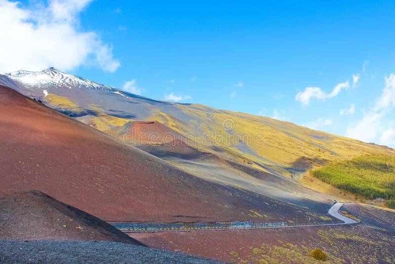 围拢埃特纳火山,西西里岛,意大利的上面印象深刻的火山的风景夺取了与天空蔚蓝 Etna是最高的活跃 免版税库存照片
