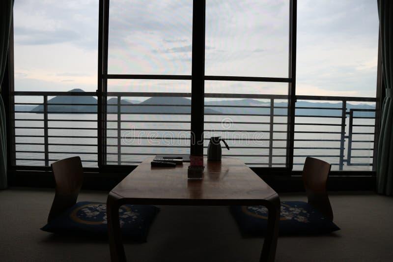 围拢由与缺乏场面的和平环境的日本式桌 免版税库存照片