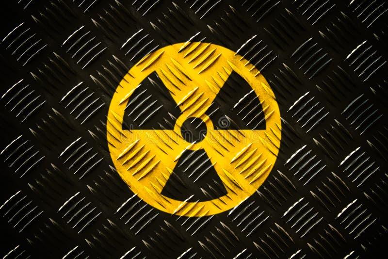 围绕在一块巨型的钢验查员金属金刚石板材绘的黄色和黑危险标志的放射性致电离辐射 库存图片