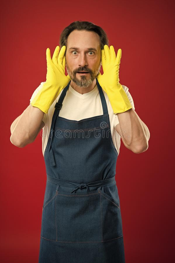 围裙的人与手套洗涤剂 清洗的天今天 有胡子的人清洁家 在洁净卫兵和 免版税库存照片