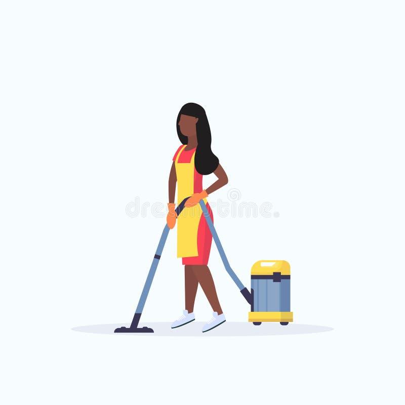 围裙的妇女使用平展全长吸尘器非裔美国人的女性管理员清洗的服务地板关心的概念 向量例证