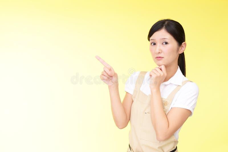 围裙的心神不安的亚裔妇女 图库摄影