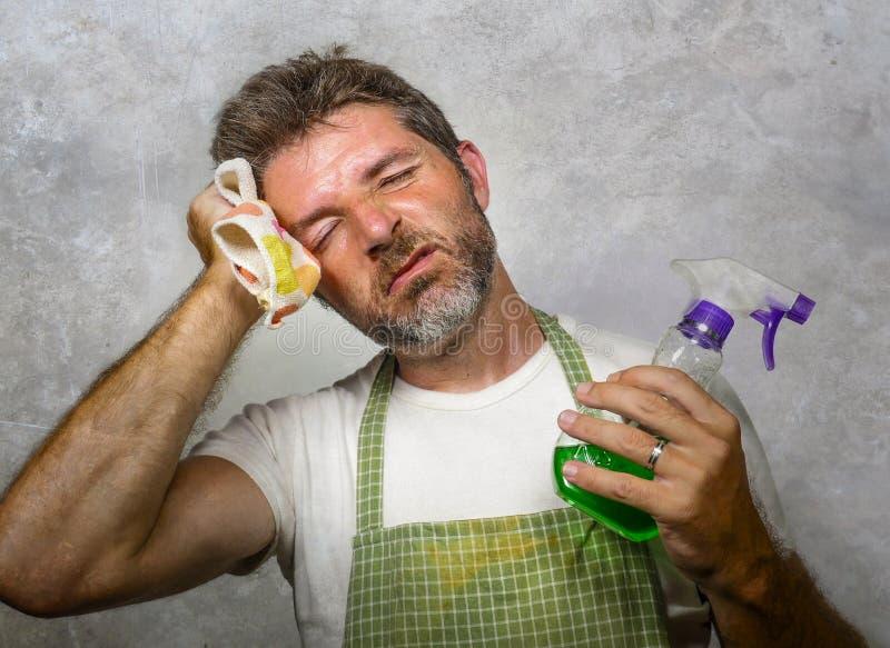 围裙藏品厨房布料和洗涤剂浪花感觉的人被淹没和乏味做国内家事清洗和 库存图片