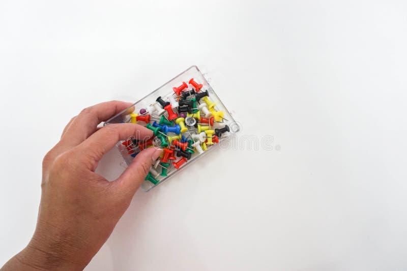 固定式的事务-人们为营业目的使用五颜六色的图钉 库存图片
