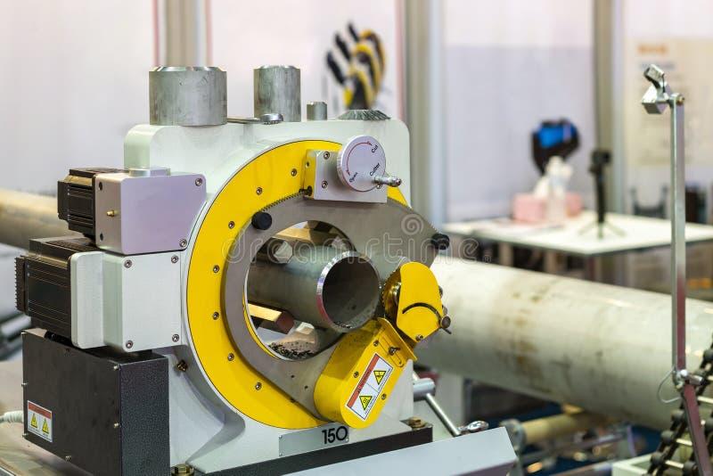 固定式自动和精确度电管子冷的切削刀机器是工具或设备裁减的或斜切从小到大 免版税库存照片