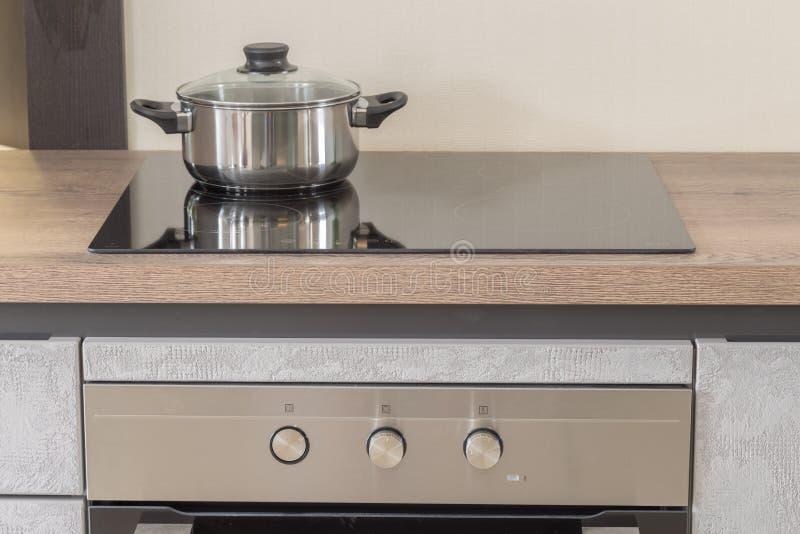 固定烤箱和烹饪器材新的设计在厨房里 库存照片