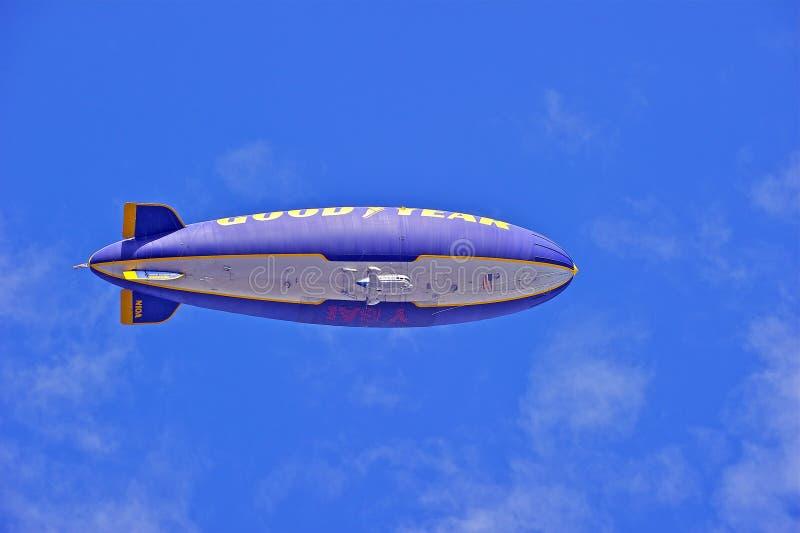 固特异在飞行中美国的软式小型飞艇精神 库存图片