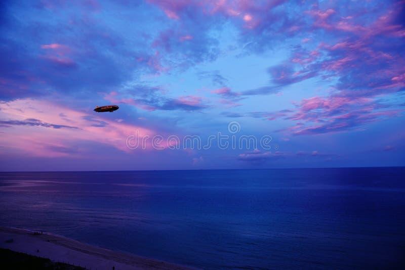 固特异飞艇夜空迈阿密海滩佛罗里达美国 免版税库存照片