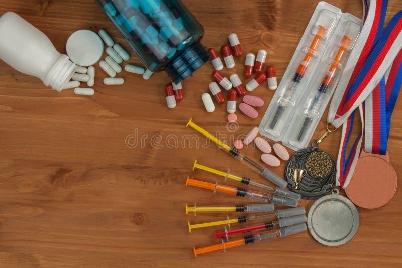 类固醇恶习体育的 在一张木桌上溢出的类固醇 在体育的欺骗 免版税库存照片