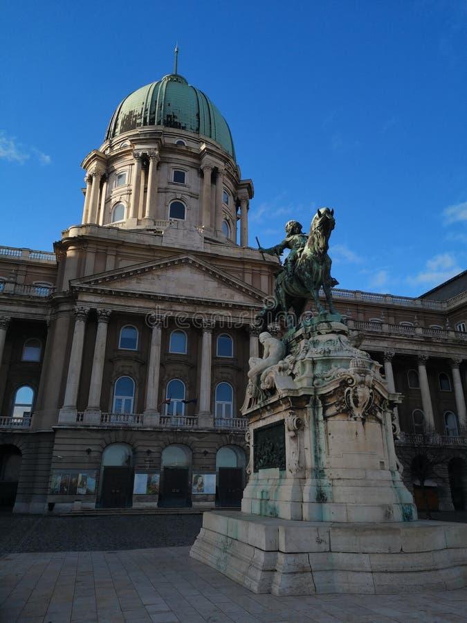 国会大厦和雕象在布达佩斯布达城堡 免版税图库摄影