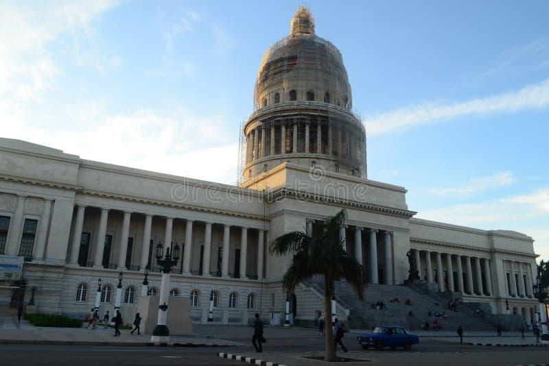 国会大厦在哈瓦那,古巴街市  免版税库存照片