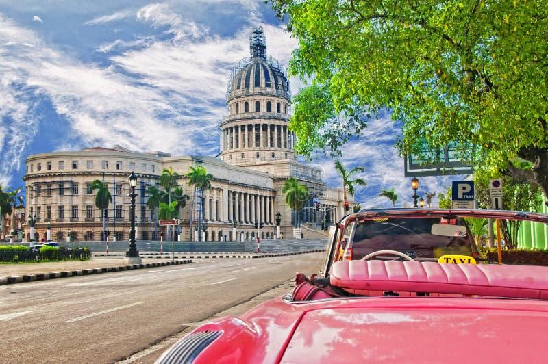 国会大厦的看法哈瓦那和经典推车的 库存图片