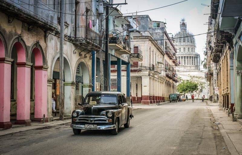 国会大厦,一条街道在哈瓦那中部 库存图片