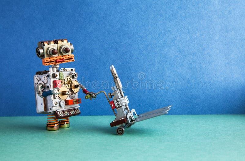 国内机器人送货服务自动化后勤指导方针 友好的机器人字符移动的手推车机制 蓝色 免版税库存照片