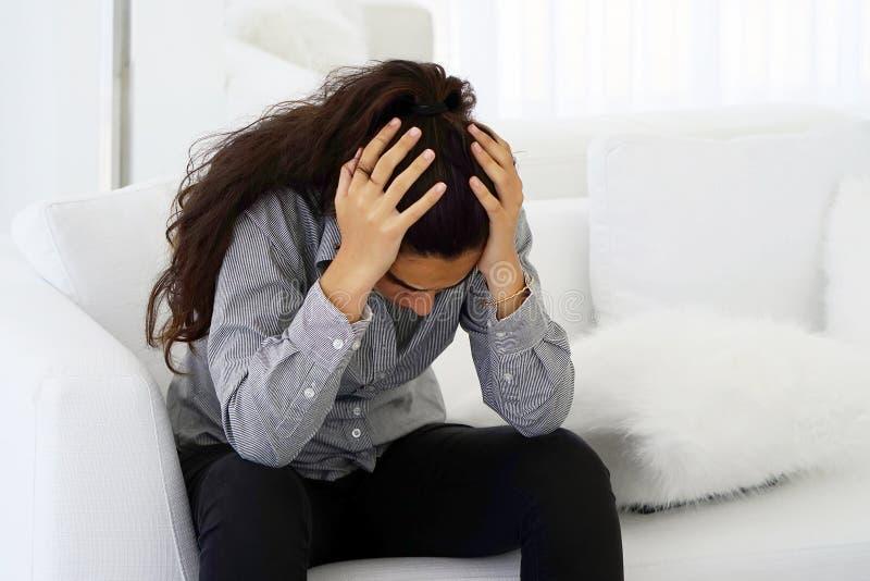 国内的恶习 妇女消沉或家庭暴力 图库摄影