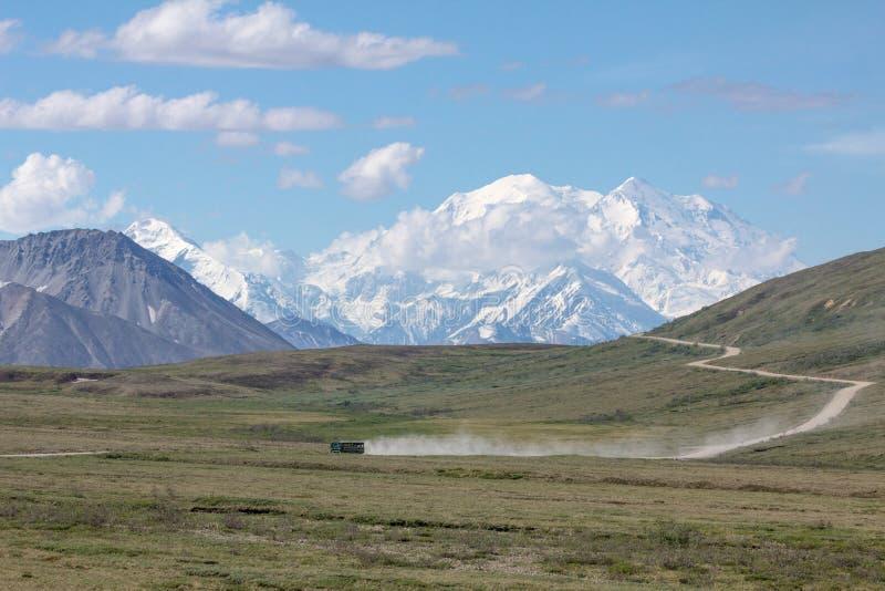 国家公园公共汽车驾驶仅路入Denali国家公园 库存照片