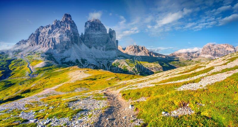 国家公园Tre Cime与rifugio的di Lavaredo的全景 免版税库存图片