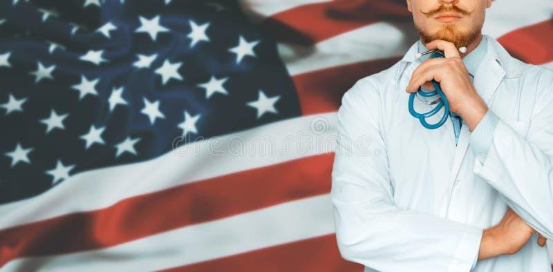 国家医疗保健和医学系统的概念在美国美国 医生在面孔附近认为并且保留手 图库摄影