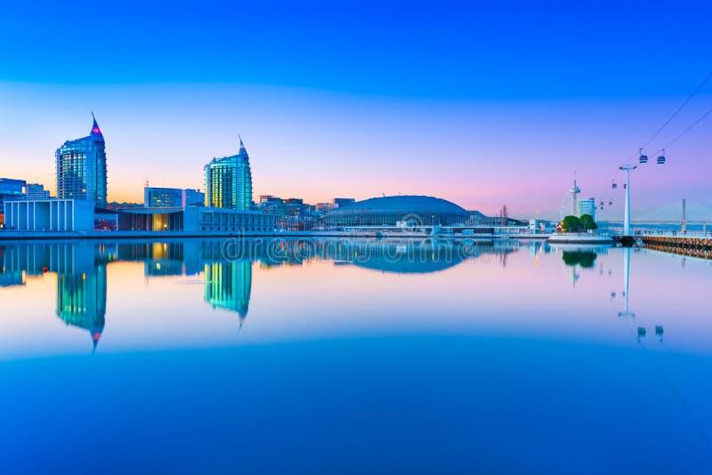国家在晚上停放Parque das Nações 在水中反映的现代城市地平线 免版税库存照片