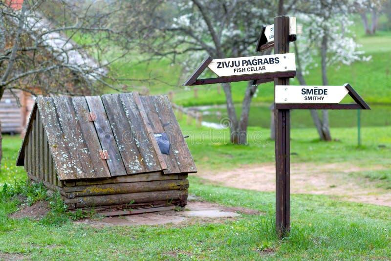 国家场面与标志和很好在Turaida,拉脱维亚 库存照片