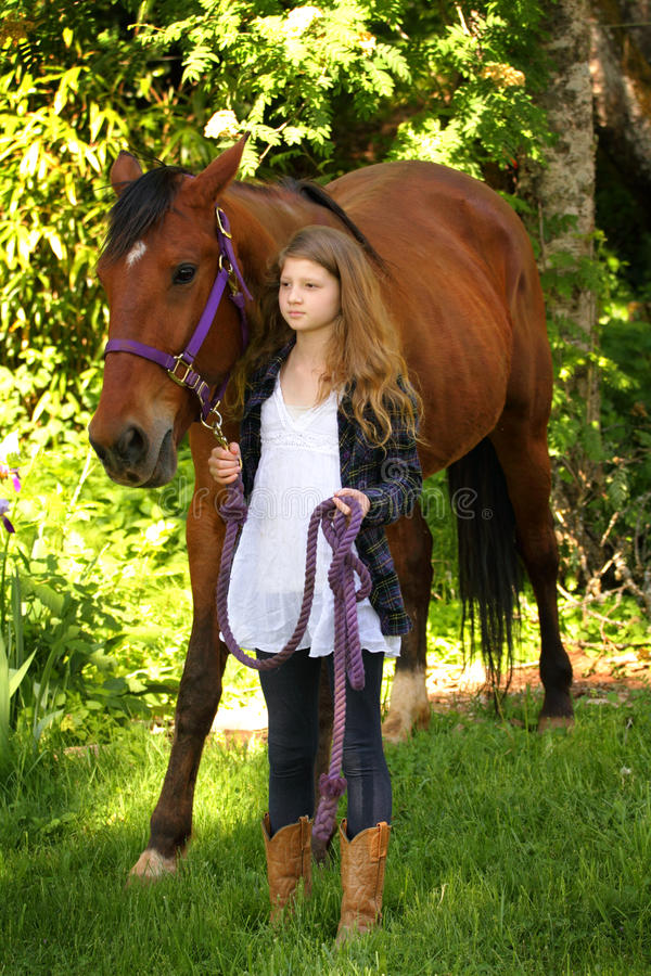 国家女孩和马 免版税库存图片