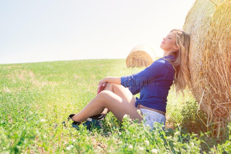 国家女孩 自然白肤金发的妇女,和谐本质上 免版税库存图片