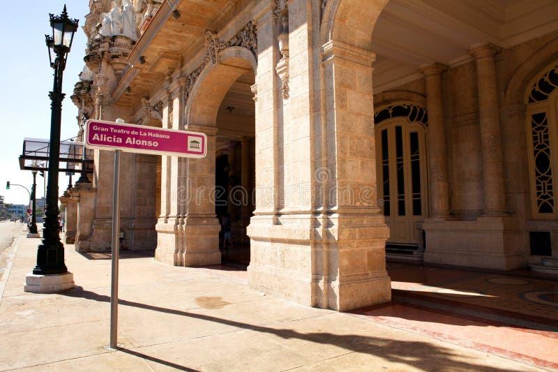 国家戏院艾丽西亚哈瓦那,哈瓦那,古巴阿隆索在中央公园附近的 免版税库存图片