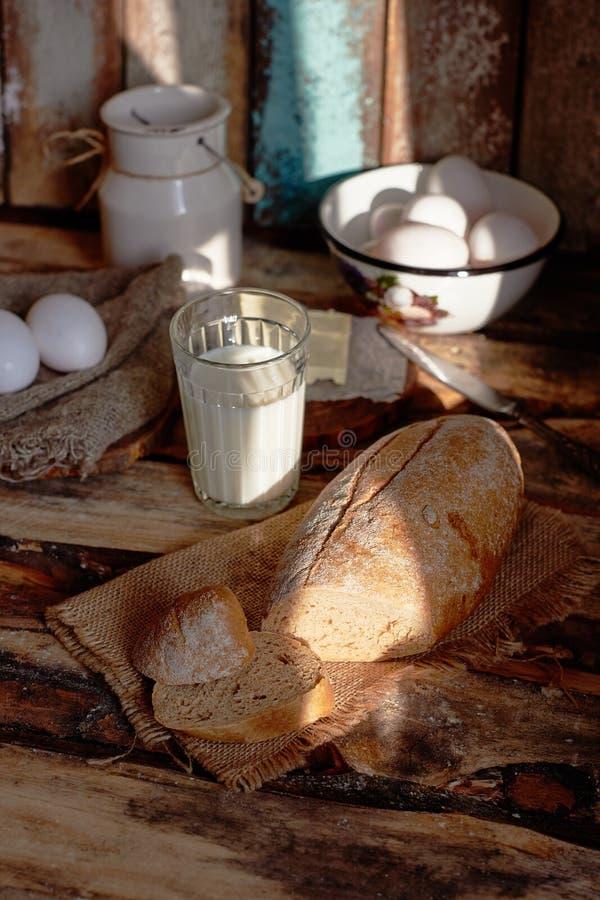 国家早餐用面包,牛奶,鸡蛋 库存图片